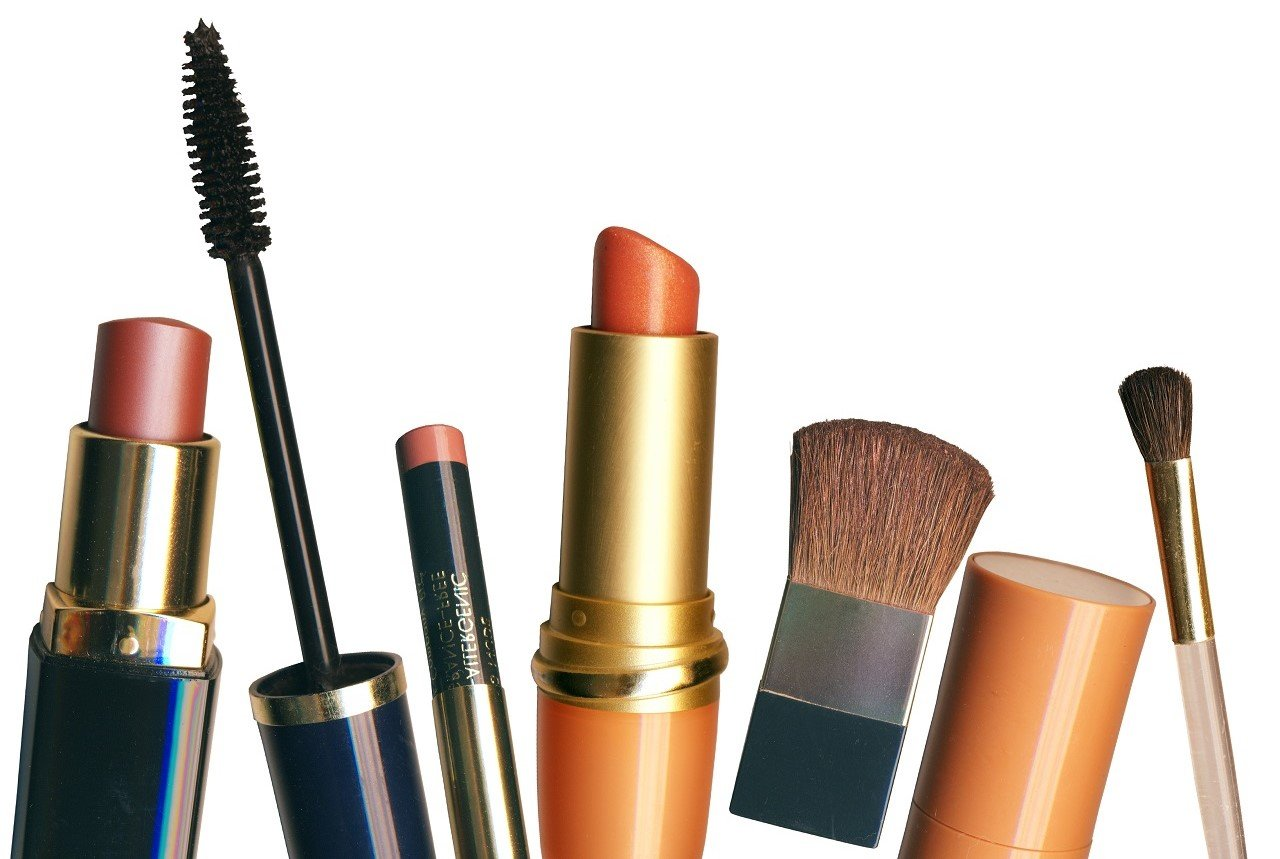 Since most don't come with an expiration date on it, it may be difficult to know when to throw out makeup and beauty products. Click through for a printable cheat sheet. #makeup #declutter