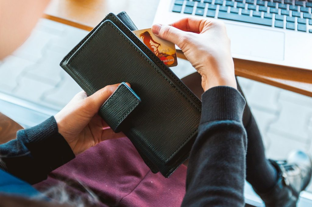 Do you get distracted while shopping for others or end up breaking the bank on gifts for yourself? Use these 3 high tech tools to curb impulse shopping.