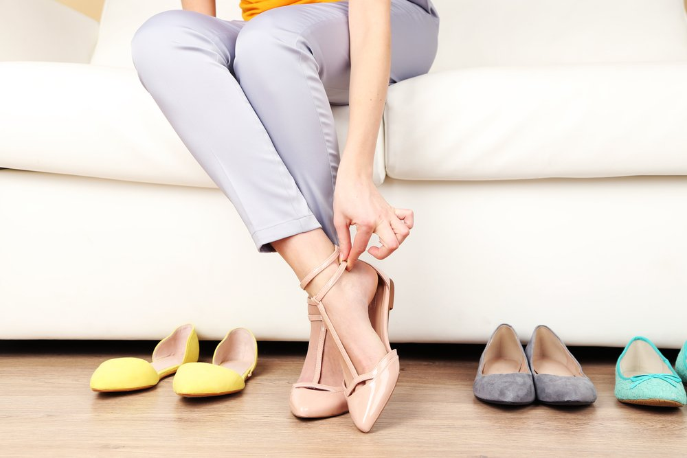 I had no problem culling out my high heals from my wardrobe but I wasn't ready to give up on style. Check out these 5 tips to help you choose the right flats for your capsule wardrobe that can take you from day to night effortlessly. #style #shoes #fashion